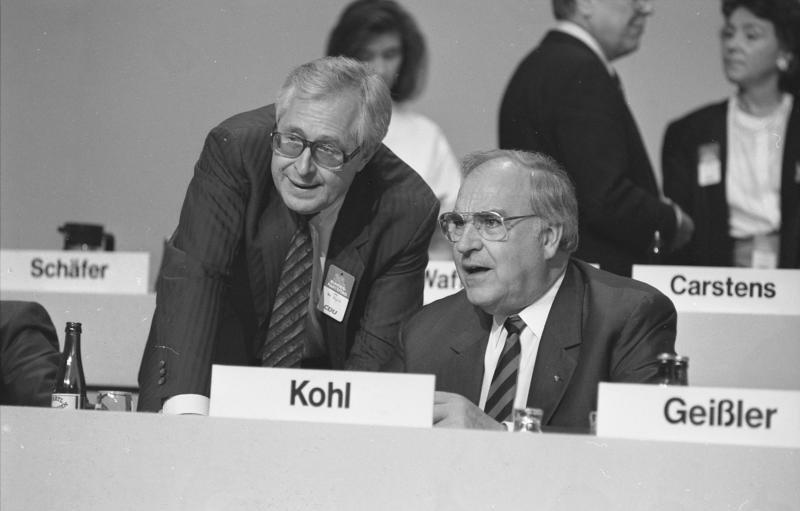 Bernhard Vogel und Helmut Kohl 1988 auf dem CDU-Bundesparteitag in Wiesbaden – Bundesarchiv B 145 Bild-F078523-0022, Schaack, Lothar, CC BY-SA 3.0
